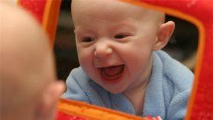 Cho bé soi gương là phương pháp giúp bé nhận thức thế giới xung quanh sớm