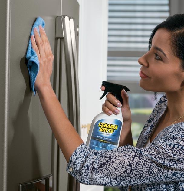 Dùng một ít nước rửa kính để vệ sinh bên ngoài
