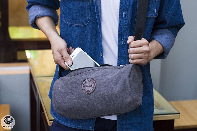 Túi đeo chéo có thân hình trống nằm ngang giúp che bớt thân hình cao gầy