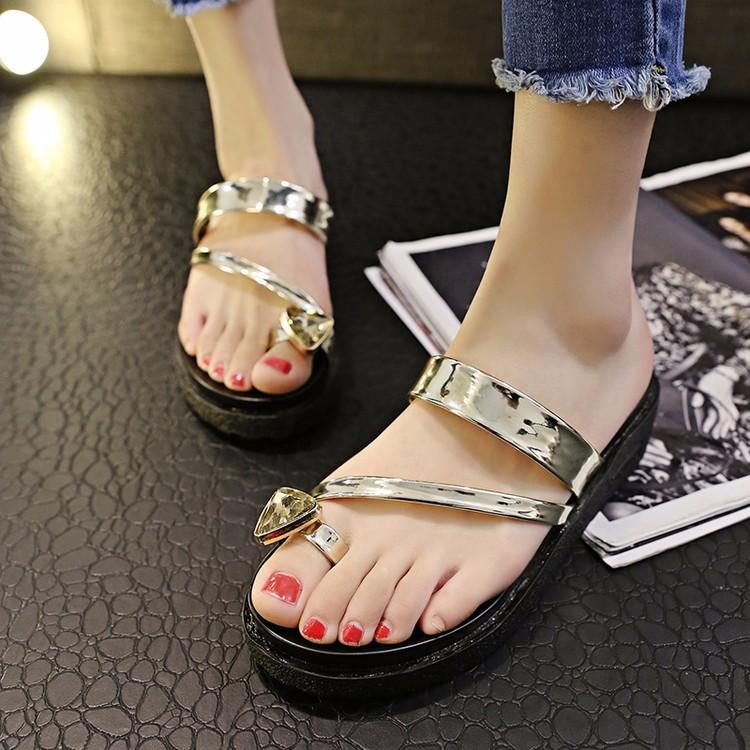 Người có bàn chân ngăm đen nên tránh những đôi có sắc tố sáng và bóng như ánh kim loại