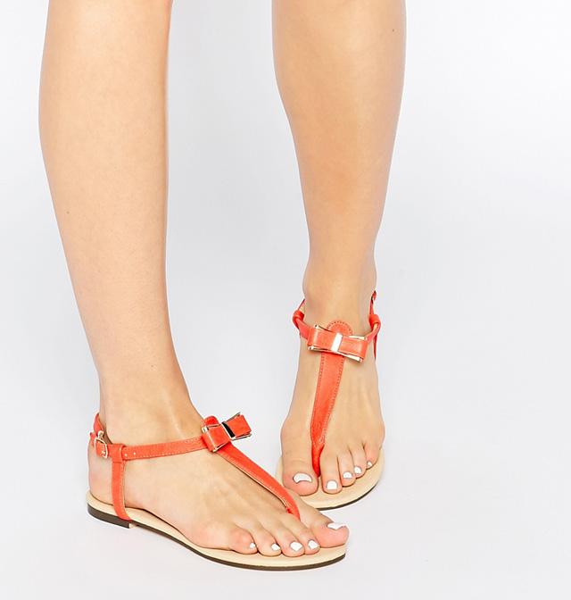 T-strap sandals tạo cảm giác cho đôi chân dài hơn