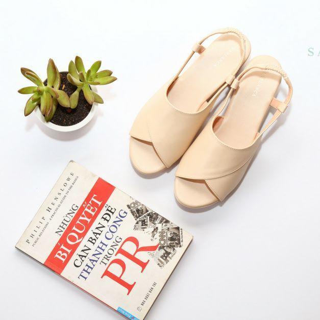 Người có bàn chân ngắn nên chọn những đôi sandal đơn giản, ít họa tiết