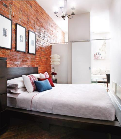 Các màu sắc trong phong ngủ tạo cảm giác thông thoáng mặc dù diện tích kê đồ đạc chiến phần lớn không gian trong phòng