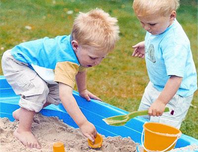 Vui chơi giúp trẻ nhận thức về thế giới xung quanh và phát triển các kĩ năng